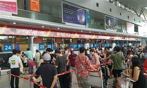 Nữ nhân viên hàng không bị hành khách ném điện thoại rách mi mắt
